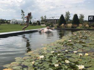 zabawa nad stawem kąpielowym